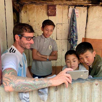 Es voluntario activo de Cascos Blancos Argentina, en donde participó con una misión en Haití en 2013