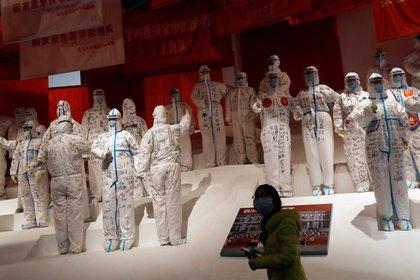 Una exhibición recuerda la lucha contra el covid-19 en Wuhan (REUTERS/Tingshu Wang)