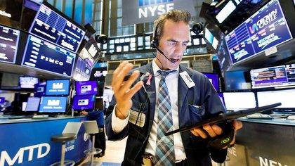 Un economista trabaja en el parqué de Nueva York (EE.UU.). EFE/Justin Lane/Archivo