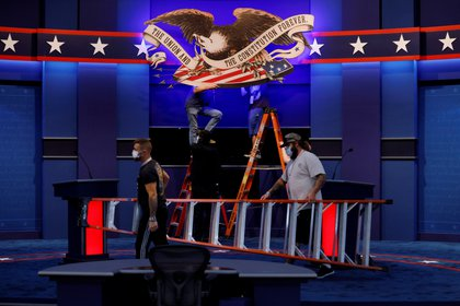 Los equipos están preparando la sala para el primer debate presidencial entre el presidente de los Estados Unidos, Donald Trump, y el candidato presidencial demócrata y exvicepresidente Joe Biden en Cleveland.  REUTERS / Brian Snyder