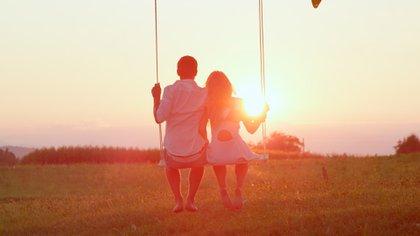 Las investigaciones sugieren que una relación romántica feliz puede reducir los riesgos de contraer la enfermedad de Alzheimer, desarrollar diabetes, morir después de una cirugía de derivación cardíaca e incluso sufrir dolor y fatiga por el tratamiento del cáncer de mama (Shutterstock)