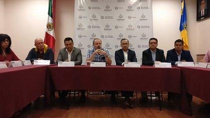 El Secretario de Salud en Jalisco, Fernando Petersen y su comitiva, anunciaron en conferencia de prensa, los primeros casos de coronavirus en la entidad Foto: (Secretaria de salud Jalisco)