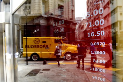 Vista de una casa de cambio de divisas en Buenos Aires (Argentina). EFE/Fabián Mattiazzi/Archivo