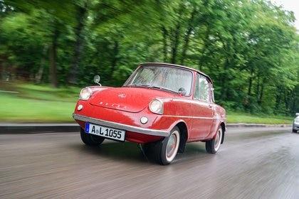 HANDOUT - El Mazda R360, con solo 2,98 metros de largo, parece un auto de juguete. Foto: Wolfgang Groeger-Meier/dpa - ATENCIÓN: Sólo para uso editorial con el texto adjunto y mencionando el crédito completo