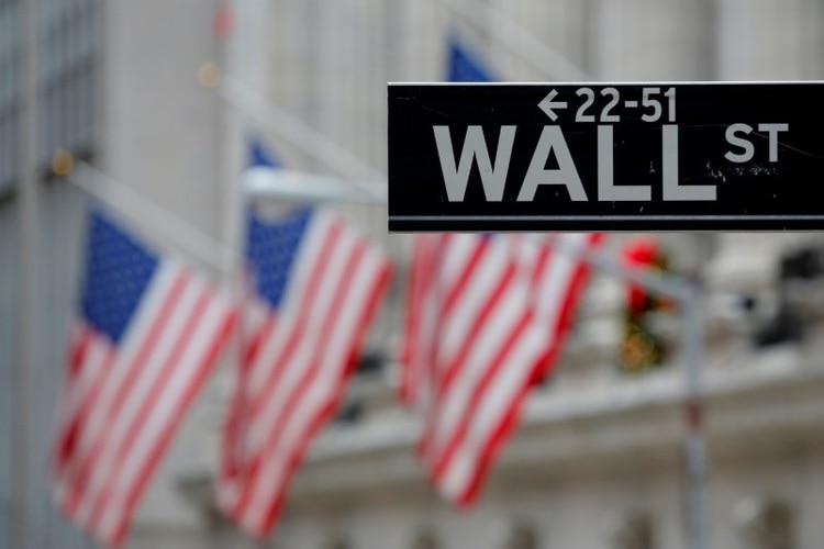 Foto de archivo. Una señalética en Wall Street se observa desde fuera de la Bolsa de Valores de Nueva York (NYSE, por sus siglas en inglés) en Manhattan, EEUU. 28 de diciembre de 2016. REUTERS/Andrew Kelly.