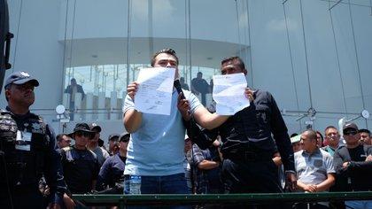 Mostraron documentos en los que, según ellos, se confirma que entregaron armas y equipo (Foto: Cuartoscuro)