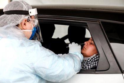 Un sanitario realiza una prueba gratuita de PCR de COVID-19 en Sao Paulo (Brasil). EFE/Sebastiao Moreira