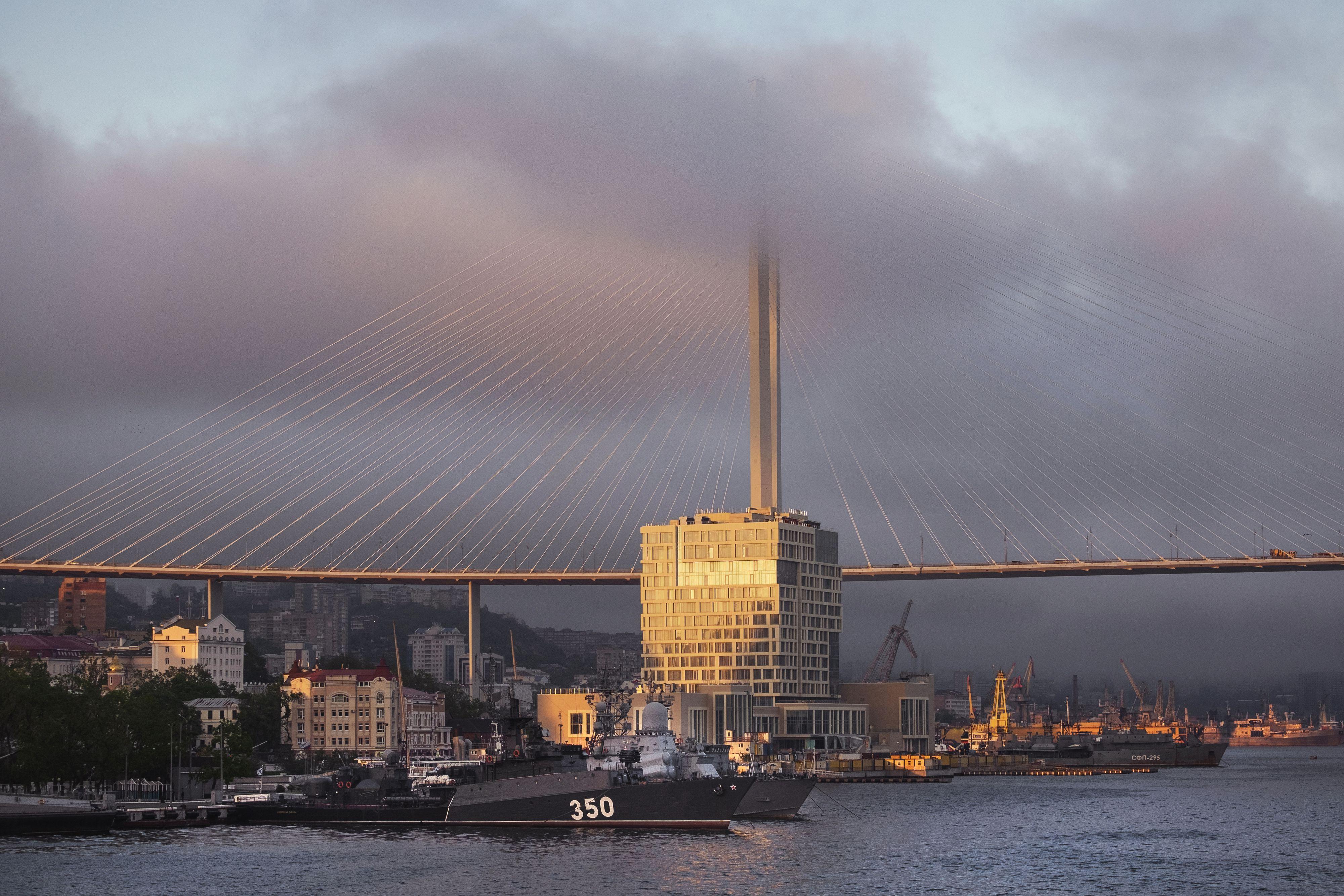 El sol se pone en la ciudad portuaria rusa de Vladivostok, Rusia, el 30 de mayo de 2021. Foto para The Washington Post por Arthur Bondar