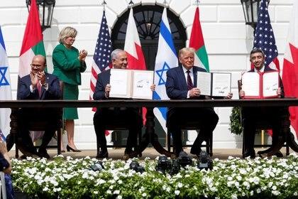 Firma del restablecimiento de relaciones diplomáticas entre Israel y los Emiratos Árabes Unidos y Bahrein durante la administración de Trump. Foto: REUTERS/Tom Brenner