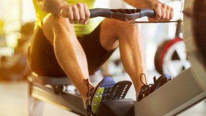 El remo es un ejercicio que combina cardio con fuerza (Shutterstock)