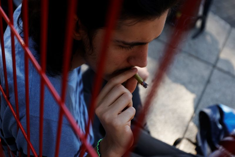 Un hombre fuma marihuana fuera del edificio del Senado mexicano en el jardín de protesta de cannabis del Movimiento Mexicano Cannabico en Ciudad de México (Foto: REUTERS/Carlos Jasso)