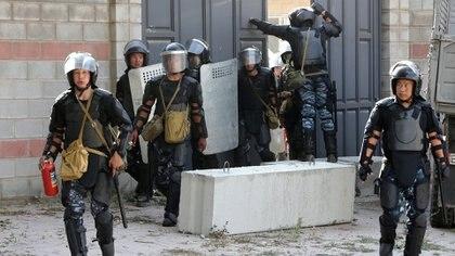 Miembros de las fuerzas especiales de la Policía durante laredada para detener al ex presidente Almazbek Atambayev en la aldea de Koi Tash, el 8 de agosto de 2019 (REUTERS/Stringer)
