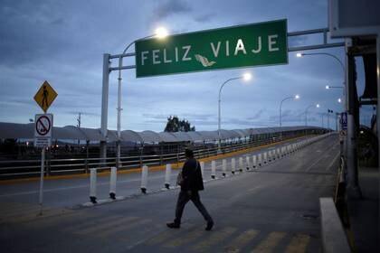 Se ve a un hombre en el puente fronterizo de Córdova Americas, donde el flujo de personas ha disminuido a medida que las nuevas restricciones de viaje destinadas a contener la enfermedad por coronavirus (COVID-19) han impedido que millones de mexicanos que viven cerca de la frontera de EEUU crucen de un lado a otro, en Ciudad Juárez, (Foto: REUTERS/José Luis González)