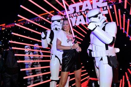 """El pasado jueves se estrenó el noveno y último episodio de """"Star Wars"""". Los famosos asistieron al lanzamiento y se divirtieron junto a los personajes de la ficción. Mel Lezcano tuvo la oportunidad de sacarse una foto junto a un """"Stromtrooper"""" y un sable de luz (Foto: Darío Batallan/Teleshow)"""