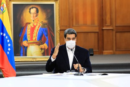 El dictador venezolano Nicolás Maduro utilizando una mascarilla (Reuters)