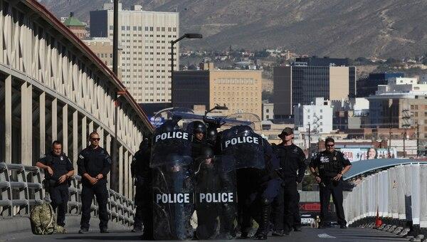 Miembros de la policía de protección fronteriza de El Paso patrullan cerca del puente internacional como medida de contención para migrantes (EFE)