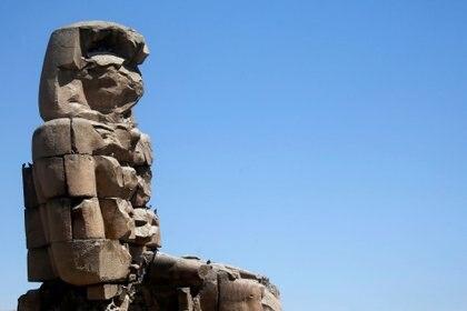 El Coloso de Memnon, las ruinas de una estatua de piedra que custodiaba el templo mortuorio construido para el faraón Amenhotep III, en una ciudad de 3.000 años descubierta esta semana en Luxor, Egipto, 2021. REUTERS/Amr Abdallah Dalsh