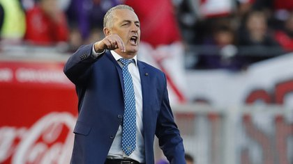Boca Juniors' coach Gustavo Alfaro gives instructions to his players during an Argentine first division soccer game against River Plate in Buenos Aires, Argentina, Sunday, Sept. 1, 2019. (AP Photo/Natacha Pisarenko)