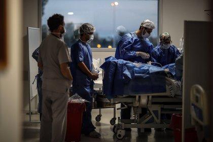 Fotografía fechada el 04 de junio de 2020 de un grupo de médicos trabaja en la Unidad de Terapia Intensiva en el Hospital Posadas, en Buenos Aires (Argentina). EFE/ Juan Ignacio Roncoroni