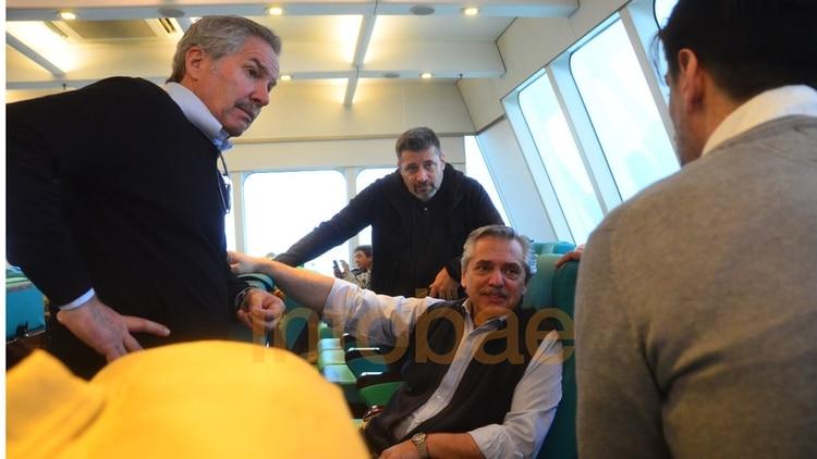 Felipe Solá, Víctor Santa María y Nicolás Trotta (de espaldas) rodean a Alberto Fernández en el viaje a Uruguay