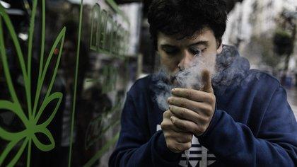 Un usuario de cannabis fuma en plena Avenida 18 de Julio, en Montevideo (Adrián Escandar)