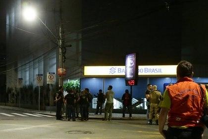 Agentes policiales frente a la sucrusal del Banco de Brasil robada en Criciuma (REUTERS / Guilherme Ferreira)