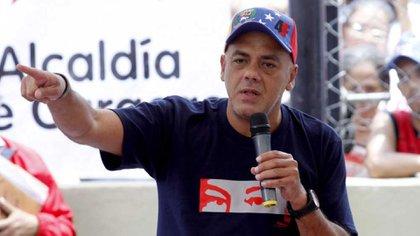 """Jorge Rodríguez con una camiseta que contiene el logo propagandístico de los """"ojos de Chávez"""" y una gorra con el símbolo """"4F"""" alusivo a la fecha del golpe de estado perpetrado por el ex presidente de Venezuela en 1992"""