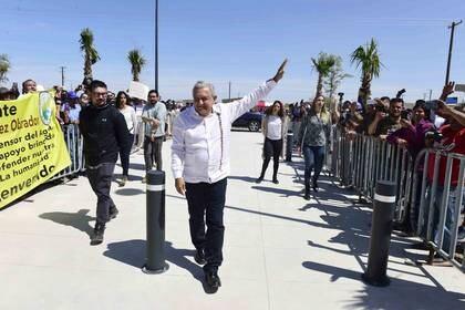 """AMLO pasó de saludar y abrazar a sus seguidores a mantener una """"sana distancia"""" (Foto: Cortesía Presidencia)"""