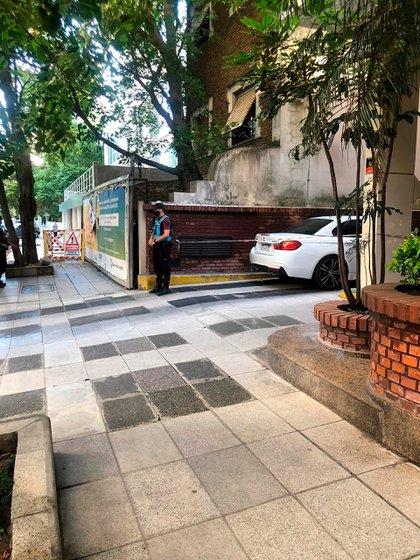 En imagen, el vehículo de Martínez y un agente custodiando la escena