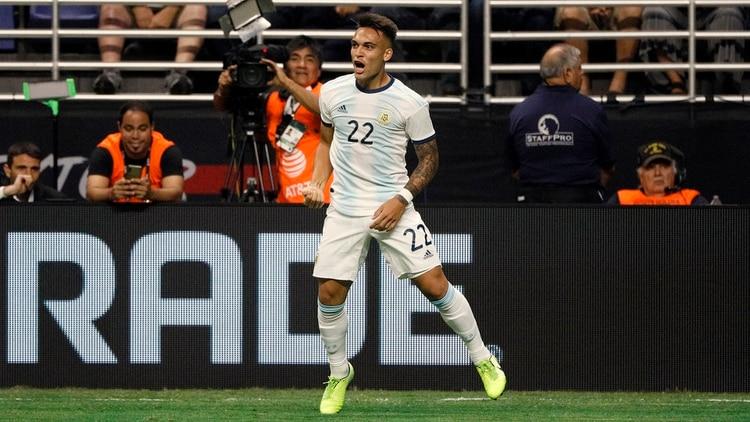 Lautaro Martínez celebra el primer gol de Argentina ante México (USA TODAY Sports)