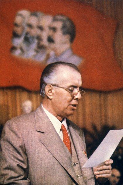 Hoxha, en 1976, cuando ya había abandonado el Pacto de Varsovia y tomado distancia de China, quedando en un limbo fuera del mundo capitalista y el comunista.