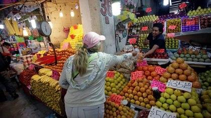 Imagen de archivo. Una mujer compra fruta en un local de la Central de Abasto de la Ciudad de México, México. 11 de enero de 2019.  REUTERS/Daniel Becerril