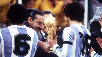 Jorge Rafael Videla entrega la copa del Mundo a Daniel Passarella, capitán de la Selección Argentina luego de la final frente a Holanda( Colorsport/Shutterstock)