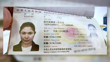 Tursunay Ziyawudun y el pasaporte que muestra su residencia en Xinjiang. Ahora vive en los Estados Unidos tras huir de China (CNN)