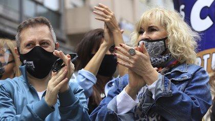 Georgina Barbarossa durante la manifestación junto a Nicolás Scarpino. (Foto: NA)
