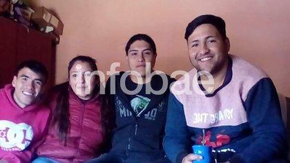 Facundo, su madre Cristina y sus dos hermanos