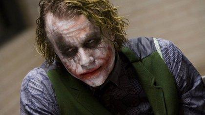 Heath encarnó a ese Guasón como a un asesino de masas, un psicópata irredimible, alguien carente de todo sentimiento noble. Su interpretación le valió un Oscar póstumo (Warner Bros/Europa Press)