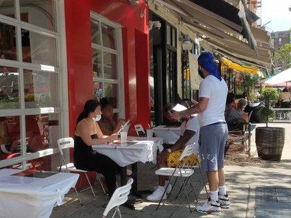 Un empleado del restaurante MamaSushi atiende a clientes en el Alto Manhatan, Nueva York. (EFE)