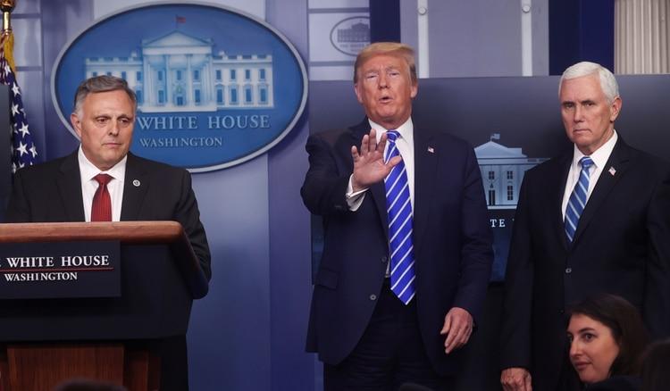 El presidente de los Estados Unidos, Donald Trump, reacciona entre el subsecretario interino de Salud y Servicios Humanos para Ciencia y Tecnología William Bryan y el vicepresidente Mike Pence durante la sesión informativa diaria del grupo de trabajo sobre coronavirus en la Casa Blanca en Washington (Reuters)