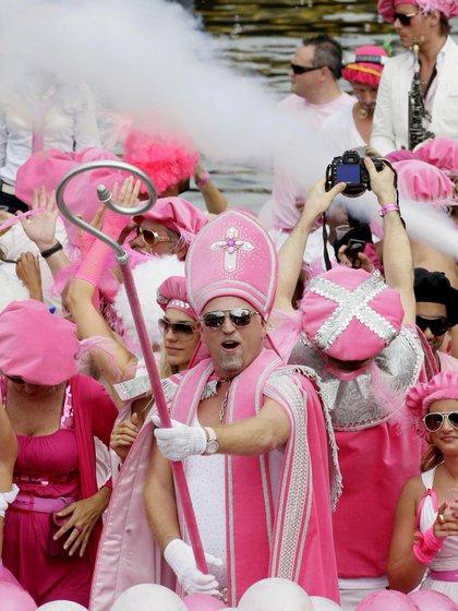 Vestidos con trajes religiosos rosados, los participantes del Desfile del Canal son fotografiados en Amsterdam el 1 de agosto de 2009