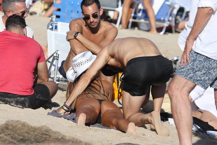 La conductora lució su físico bronceado en las arenas esteñas con una microbikini negra