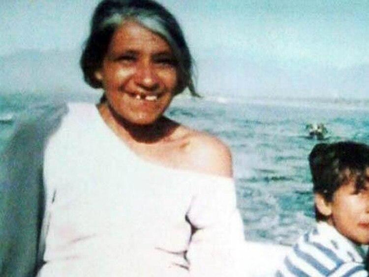 Una Rebeca Méndez ya mayor, todavía con su vestido de novia. De fondo, su mar