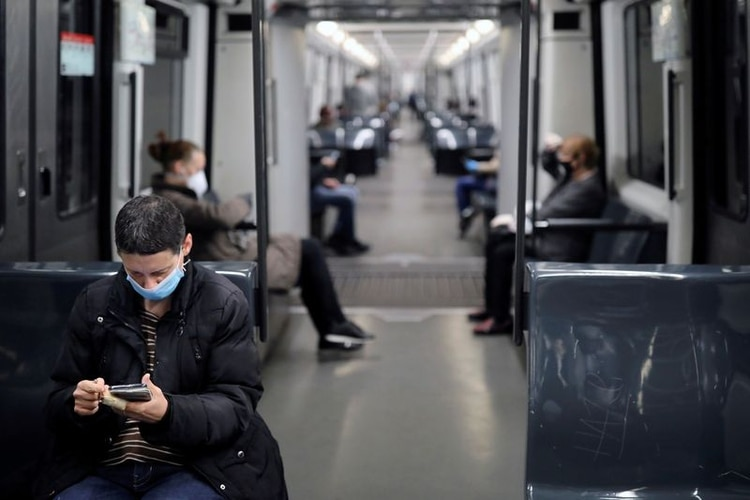 Una mujer usa una máscara protectora mientras viaja en el metro, después del brote de la enfermedad coronavirus (COVID-19) en Barcelona, España, el 14 de abril de 2020. REUTERS/Nacho Doce