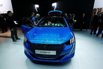 El nuevo Peugeot e-208 GTes un auto eléctrico de acabado deportivo qye cuenta con 340 kilómetros de autonomía