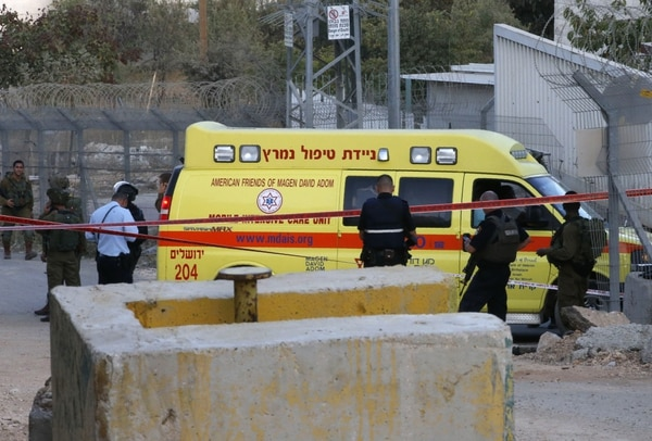Los soldados israelíes reunidos cerca de una ambulancia en el check point de Kiryat Arba, en la ciudad de la ciudad de Hebron, el 3 de septiembre de 2018.