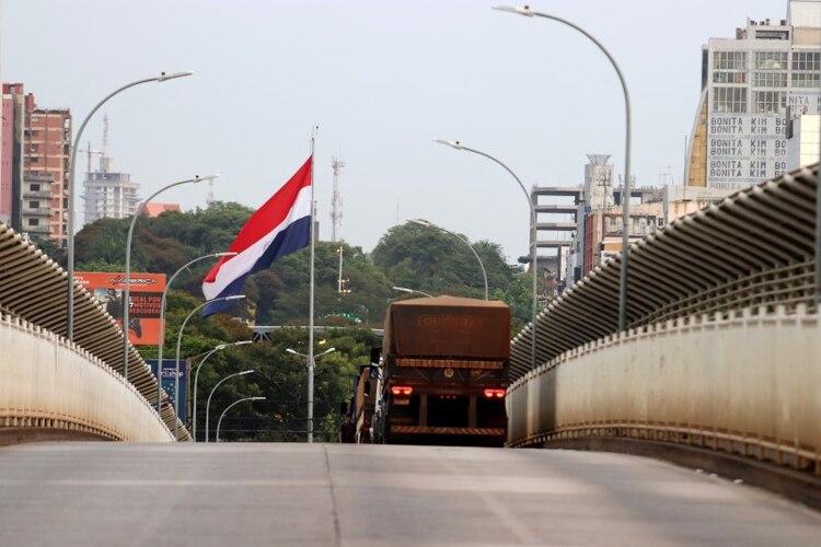El Puente de la Amistad que une a la ciudad paraguaya de Ciudad del Este con la ciudad brasileña de Foz do Iguacu es retratada tras el cierre de la frontera por un brote de coronavirus (REUTERS/Christian Rizzi)