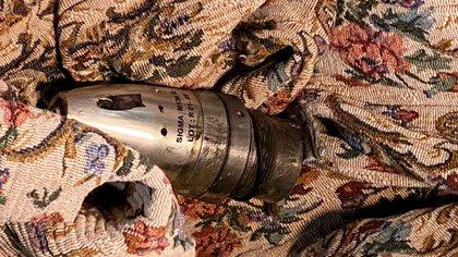 Una espoleta M136 R asociada al cohete de la serie LAR-160, encontrada en una zona residencial de la ciudad de Hadrut.  © 2020 Unión de Ciudadanos Informados.
