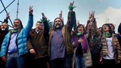 Roberto Baradel junto a dirigentes sindicales de los gremios docentes