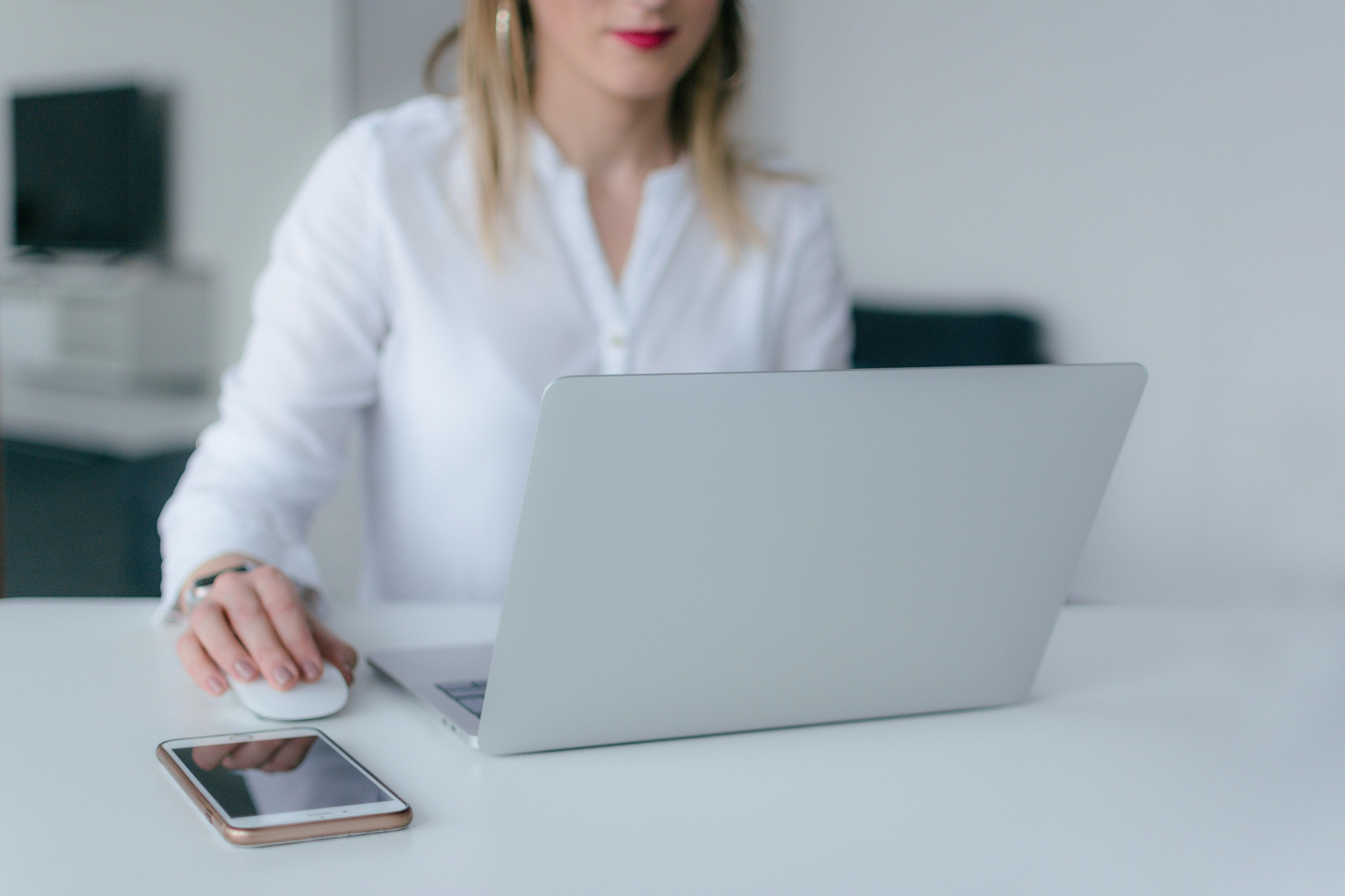 Mujer computadora soporte IT ingeniera infromática programadora