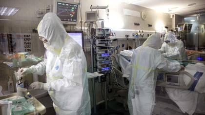 El primer ensayo clínico de remdesivir se realizó en pacientes de COVID-19 enfermos de gravedad (AP/Anna Surinyach)